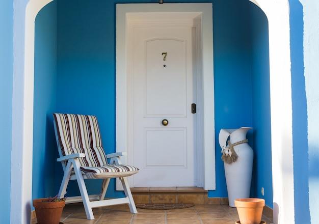 Dekor design und gebäudekonzept ein schöner eingang des hauses mit stuhl und vase