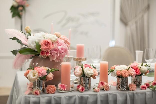 Dekor für den feiertagstisch in rosa farben.