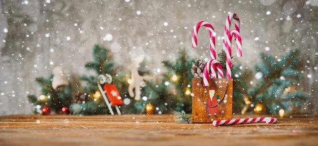 Dekor-weihnachtsfeiertagszusammensetzung auf einem hölzernen hintergrund mit