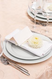 Dekoration auf dem tisch im restaurant für ein hochzeitsbankett
