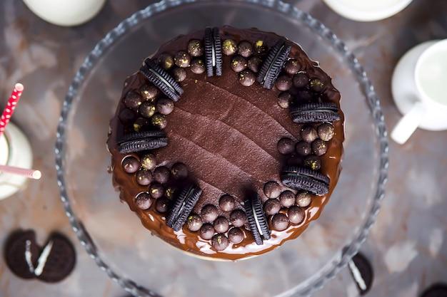 Dekoration auf einem schokoladenkuchen mit keksen und goldbedeckten schokoladentropfen
