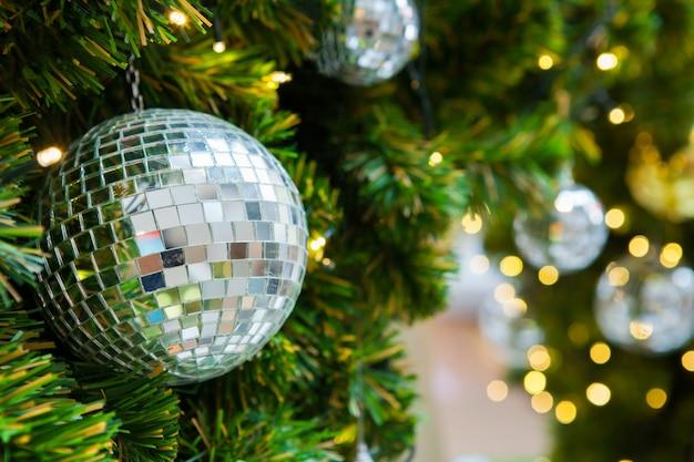 Dekoration auf weihnachtsbaumgoldkugel-spiegelkugel. weihnachten urlaub hintergrund