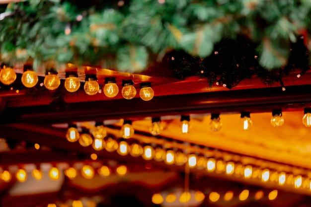 Dekoration der feenhaften lichter von holzhäusern auf weihnachtsmarkt in breslau, polen