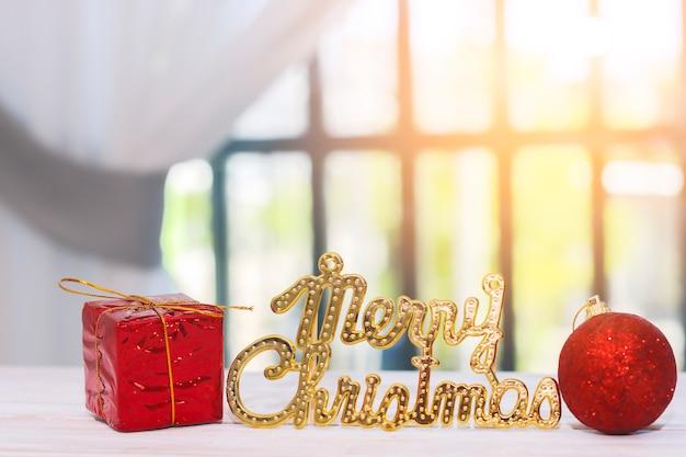 Dekoration der frohen weihnachten auf holztisch