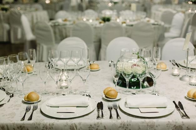 Dekoration der herzstücke einer hochzeit mit dem besteck und vintage-details.