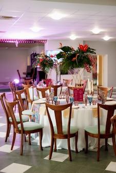 Dekoration des bankettsaals in bunten farben des maracan-stils