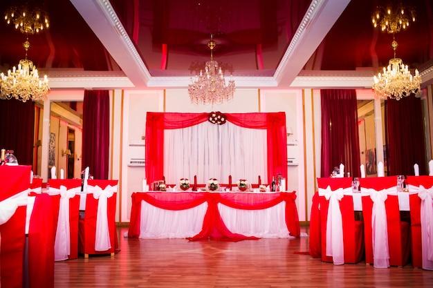 Dekoration des bankettsaals in rot.