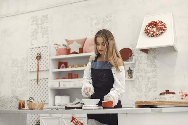 Dekoration des fertigen desserts. das konzept von hausgemachtem gebäck, kuchen kochen.