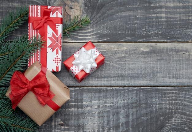 Dekoration für weihnachten auf holzschreibtisch