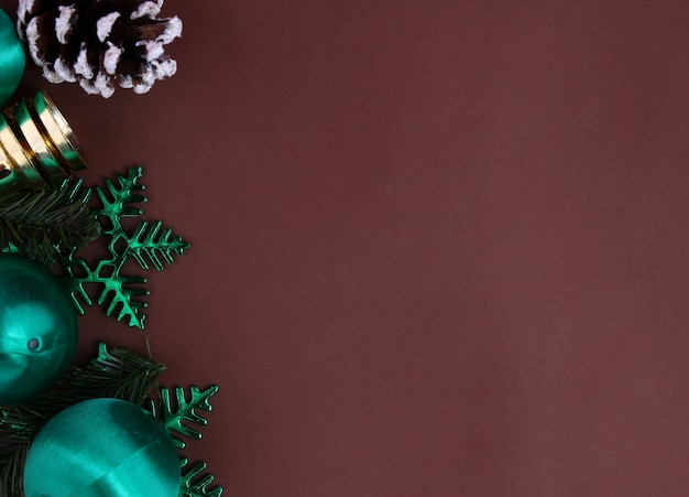 Dekoration für weihnachten mit braunem hintergrund.