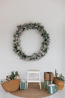 Dekoration für weihnachten mit fichtenkranz aus zweigen und geschenken wohnzimmer interieur neujahr