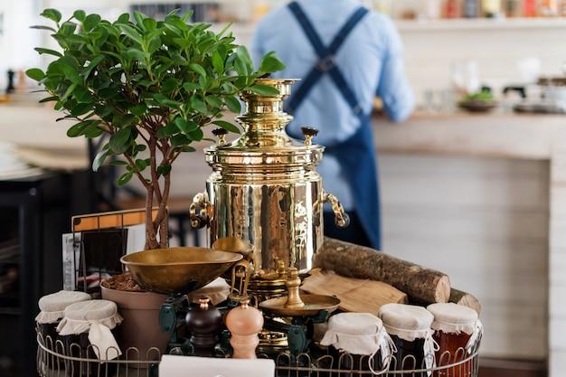 Dekoration im restaurant mit russischem samowar. tee trinken tischdekoration