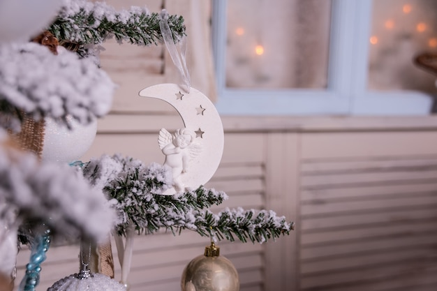 Dekoration mit beleuchteten weihnachtsbaum, geschenke, kamin, strümpfe. weihnachten und neujahr, wohnkultur. skandinavischen dekor stil. interieur, magische atmosphäre. kerzen
