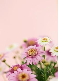 Dekoration mit bunten frühlingsblumen