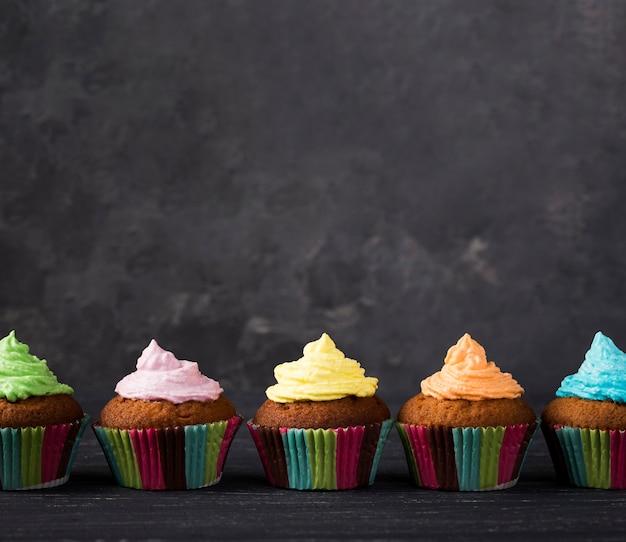 Dekoration mit muffins mit bunter glasur