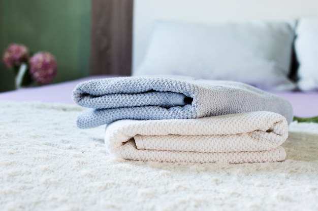 Dekoration mit weichen handtüchern auf dem bett