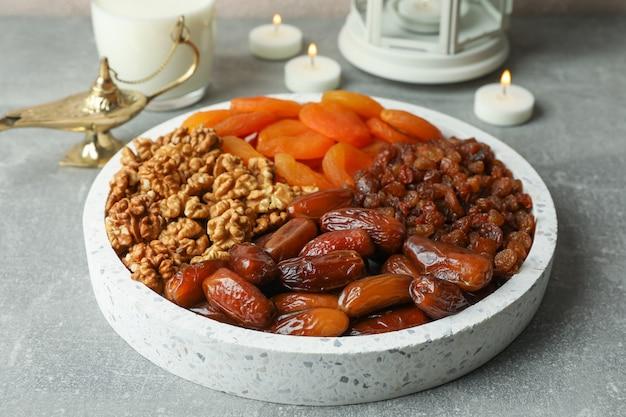Dekoration und essen des ramadan kareem-feiertags auf grauem hintergrund
