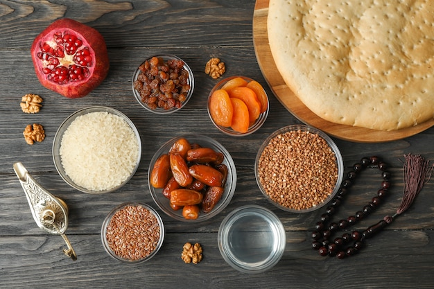 Dekoration und essen des ramadan kareem-feiertags auf hölzernem hintergrund