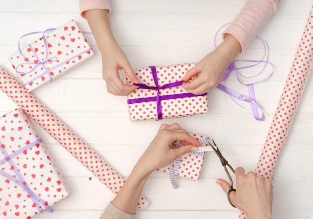 Dekoration von geschenkboxen für feiertage