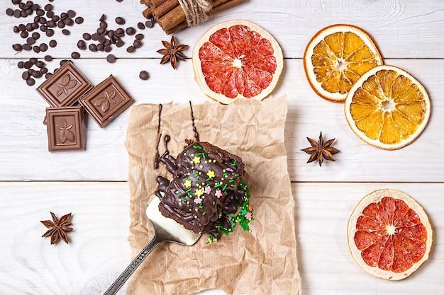 Dekoration weihnachtsschokoladenkuchen auf hellem holzhintergrund
