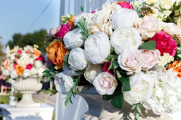 Dekorationen, die blumensträuße aus künstlichen blumen, rosen und weißen eustomas heiraten