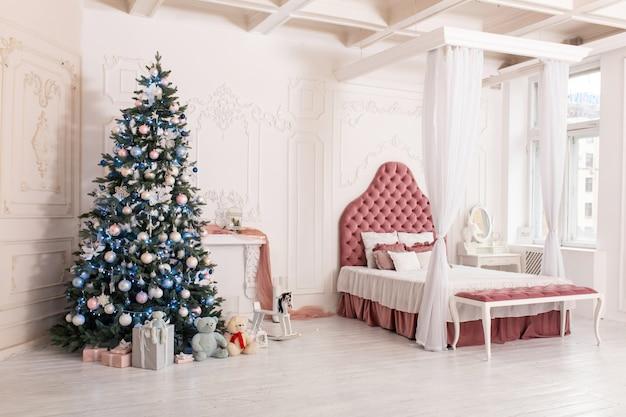 Dekorationen eines raumes mit einem verzierten weihnachtsbaum.