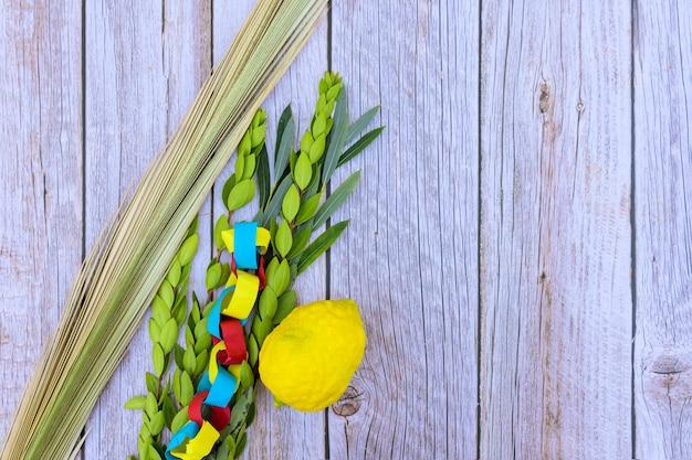 Dekorationen für sukkot auf frischer zitrone, etrog der jüdische feiertag