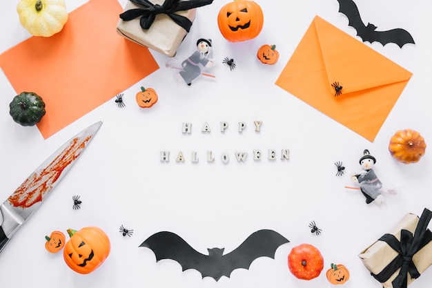 Dekorationen mit happy halloween inschrift in der mitte