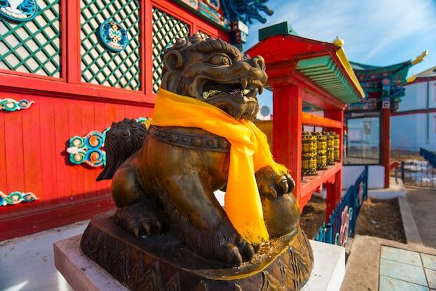 Dekorationen und attribute des buddhistischen tempels in ivolginsky datsan in burjatien in russland