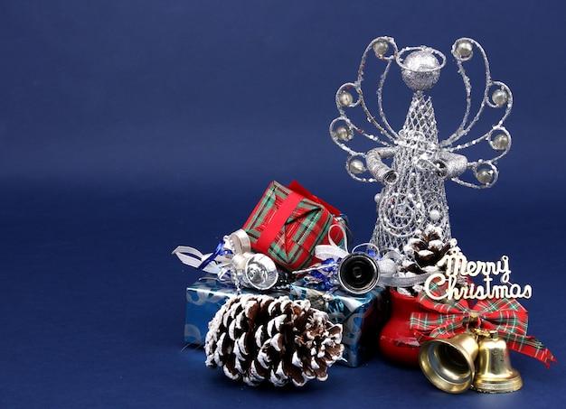 Dekorationen und geschenke der frohen weihnachten gegen blauen hintergrund.