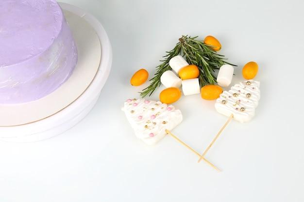 Dekorationen von früchten und süßigkeiten für den kuchen