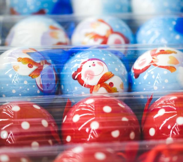 Dekorationsartikel für thanksgiving und weihnachten in verschiedenen designs und farben werden angezeigt