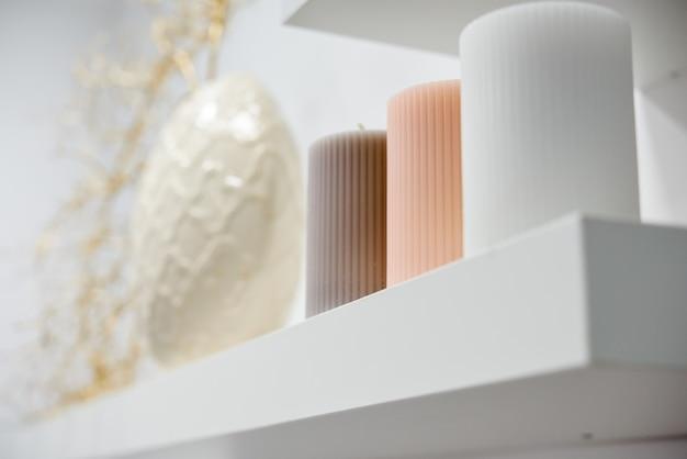 Dekorationsdetails im modernen wellnesscenter mit blumenvase und kerzen.