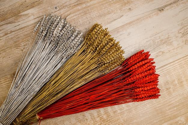 Dekorationselemente bestehend aus farbigen und glitzernden getrockneten poppers