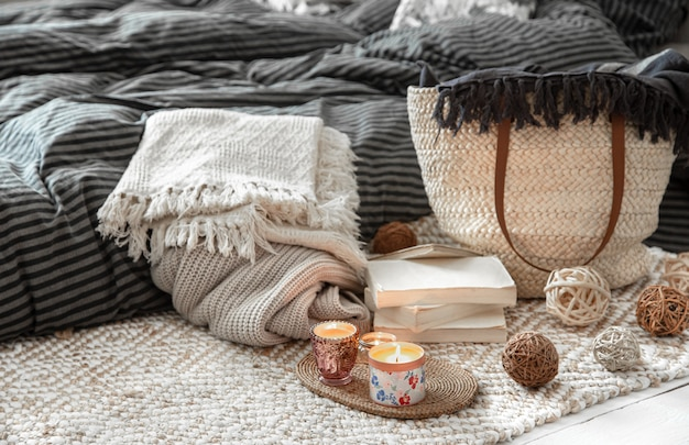 Dekorationsgegenstände in gemütlichem wohnambiente. wicker stroh große tasche und dekorative elemente