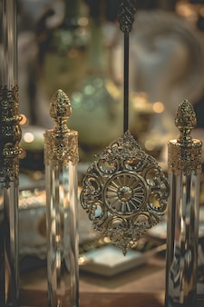 Dekorationsidee mit vintage graviertem metall