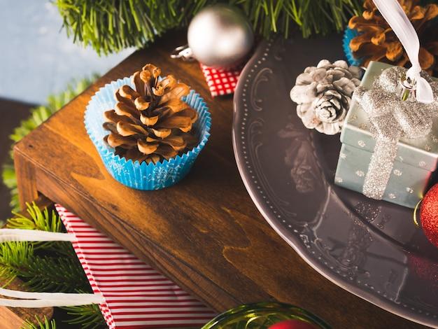 Dekorationsstillleben des weihnachtsneuen jahres auf dunklem hölzernem.