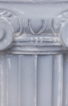 Dekorative alte ionische säulennahaufnahme
