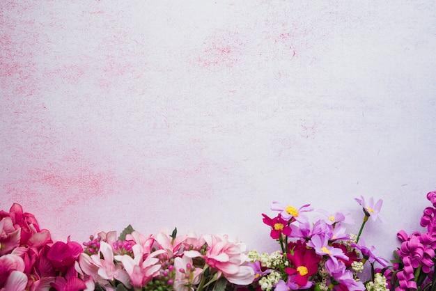 Dekorative bunte blumen auf strukturiertem hintergrund