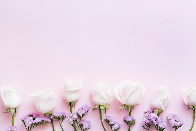 Dekorative bunte rosen auf einem hintergrund