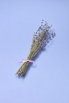 Dekorative corsage aus natürlichen trockenen lavendelblüten in der gleichen farbe mit weichen schatten, platz für text.