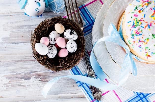Dekorative eierbonbons im nest und im ostern-kuchen