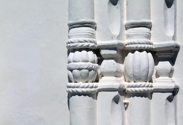 Dekorative elemente auf weißer wand