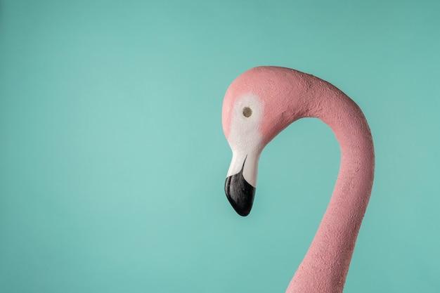 Dekorative figur des rosa flamingos auf blauem hintergrund.