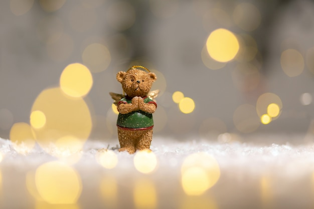 Dekorative figuren eines weihnachtsthemas. figur eines niedlichen bären mit engelsflügeln