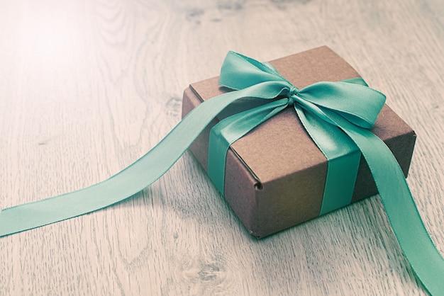 Dekorative geschenkboxen auf hölzernem hintergrund.