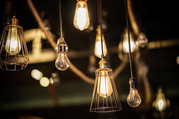 Dekorative glühbirnen im antiken edison-stil.