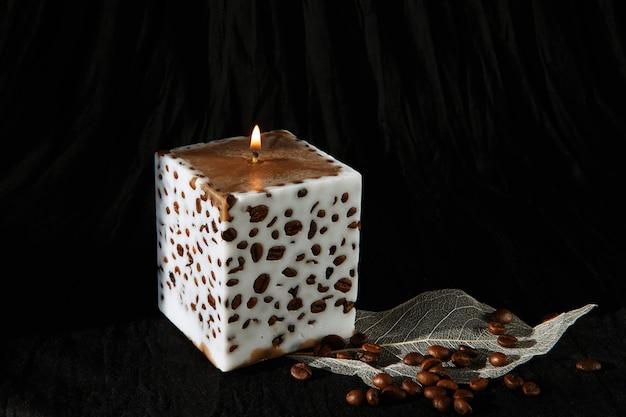 Dekorative handgemachte kerze mit kaffeebohnen
