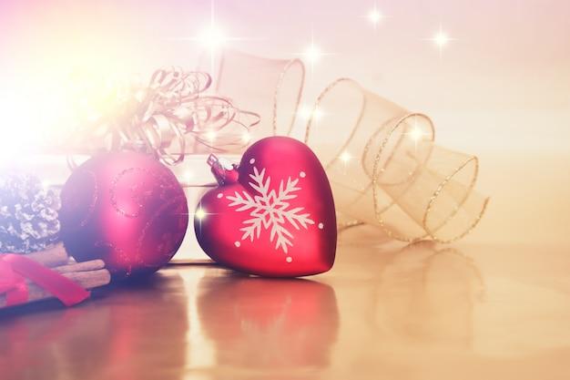 Dekorative hintergrund mit weihnachtsschmuck