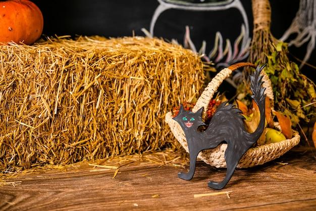 Dekorative hölzerne schwarze katze. dekor für die feier von halloween